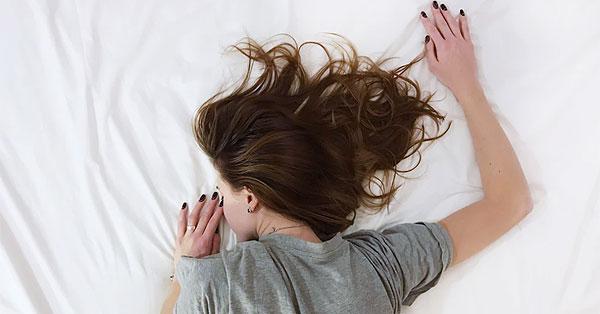 Alvás hason fekve