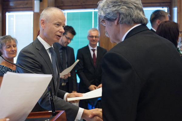 A díj átadása - Dr. Szentes Tamás (balra) és Dr. Ávéd János (jobbra), a kép forrása: Tisztiorvos (Facebook)