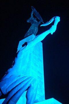 A Szabadság-szobor is kék fénybe öltözött - Fotó: Németh Ványi Klári
