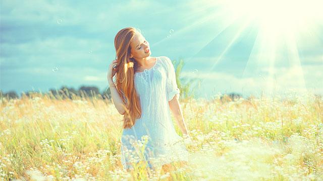 Fiatal nő napfényben